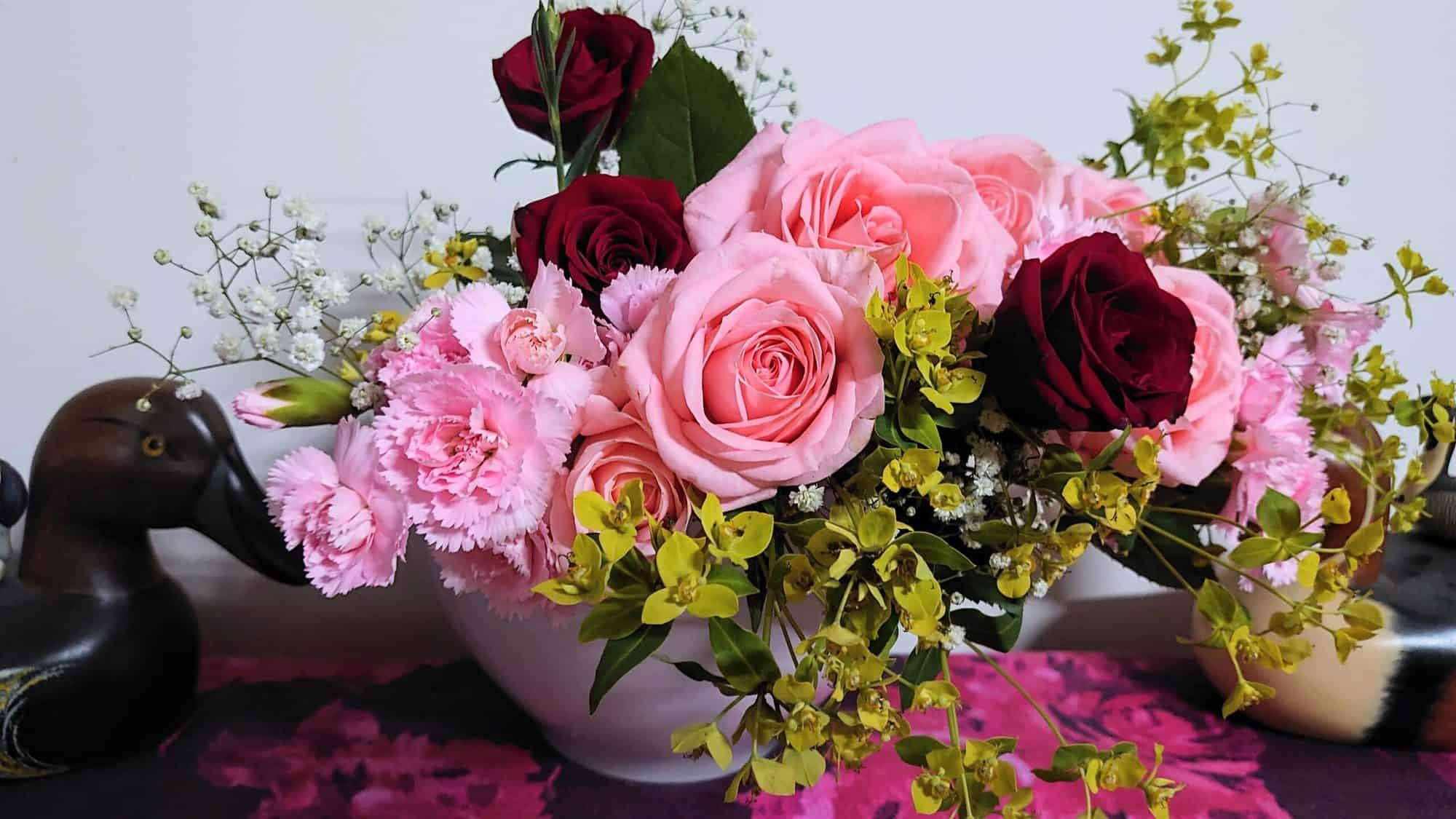 母親節花束 - 第二天(正面),如老闆娘所說,康乃馨的小花苞,兩天就會開花。
